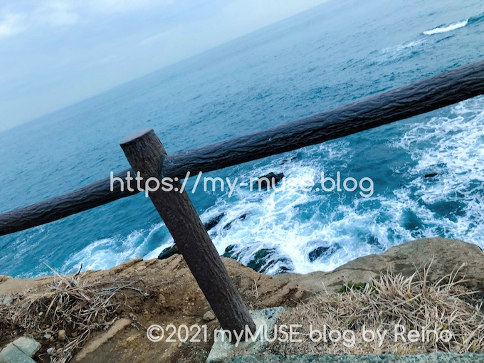 城ヶ島「馬の背洞門」へ続く道の真下に海